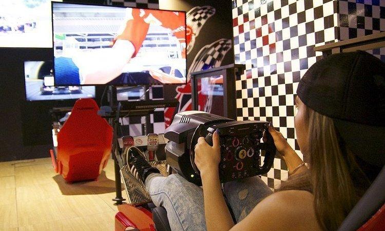 Competiciones con 6 simuladores de Fórmula 1 y volantes T500RS F1 Hotel Magic Cristal Park Benidorm